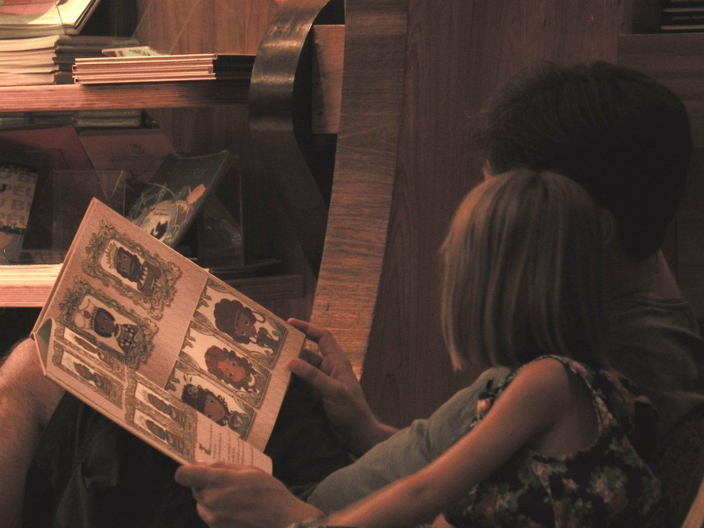 tataczyta książkę z dzieckiem