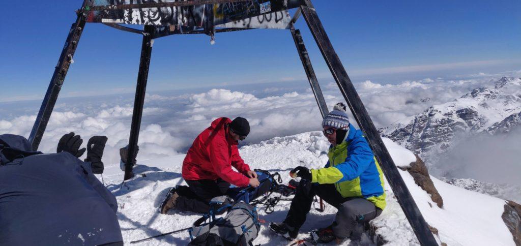 na szczycie Jebel Toubkal zimą